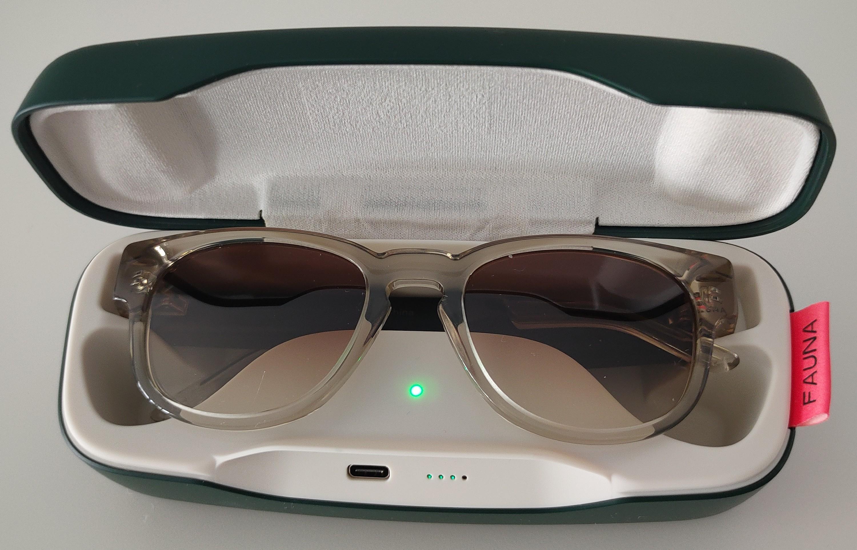 Les lunettes Fauna se rechargent dans leur étui