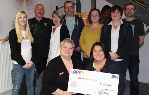 Véronique Lapeyre, PDG du Groupe Lapeyre, remet un chèque de 1 150 euros à Nathalie Grandpierre, présidente du CORD 76