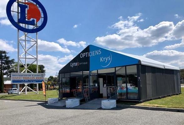 La tente de 100 m² sur le parking