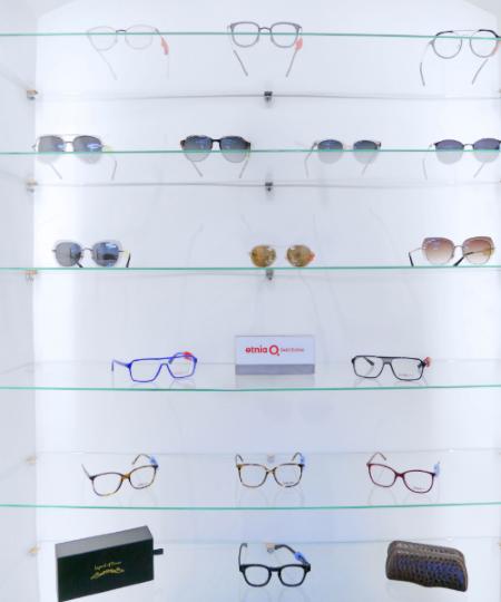 Des lunettes exposées dans leshowroom