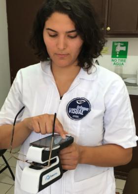 Ce frontofocomètre portable peut être utilisé en magasin ou à l'extérieur