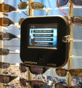 Oakley communique avec les porteurs par des tablettes interactives
