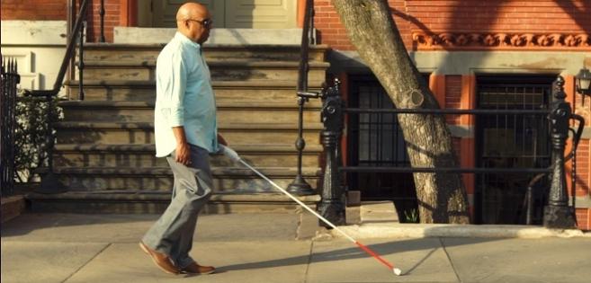 Malvoyants et aveugles : cette canne blanche intelligente peut les guider