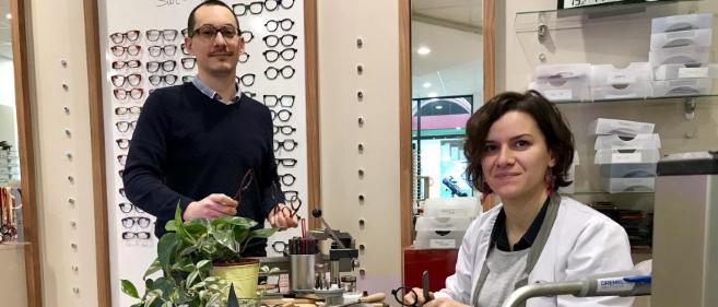 Opticiens, Emeline Sordé et Lucas Brunet réalisent des lunettes sur-mesure dans leur magasin. Rencontre…