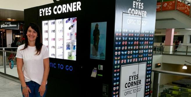 Une opticienne imagine le 1er distributeur de lunettes et de solutions pour lentilles dans les aéroports. Interview