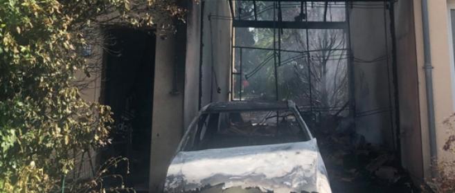 Une voiture a été détruite par le feu en pleine rue