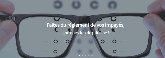 Une opticienne offre un service personnalisé dédié à l'optimisation du tiers payant en magasin