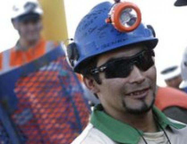 Oakley s'offre un coup de pub magistral en équipant les mineurs chiliens à leur sortie de terre