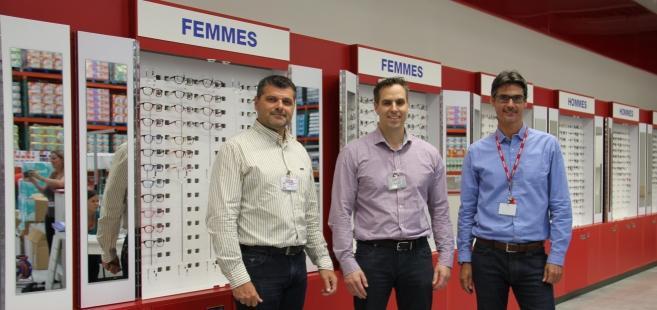 De gauche à droite : Gary Swindells, DG Costco France ; Marc Chapados directeur des achats optiques ; Jean-Charles Kunsch, opticien manager du 1er centre optique Costco en France.