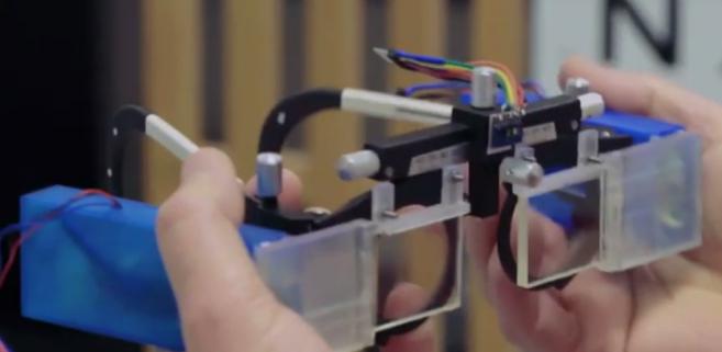 Premier prototype des lunettes électroniques pour corriger la presbytie