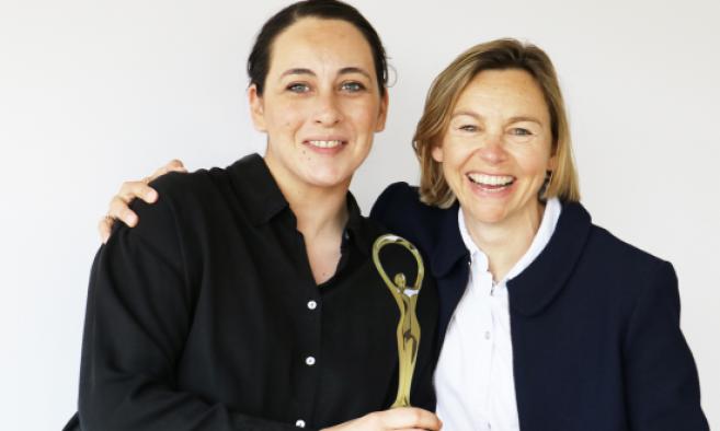 De gauche à droite : Matenia Chatzigeorgiou, en charge de la nouvelle identité visuelle de Morel et Amélie Morel, directrice communication de Morel
