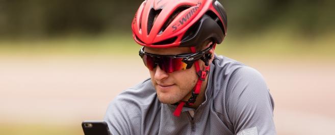Oakley et Luxottica dévoilent des lunettes de sport intelligentes en partenariat avec Intel