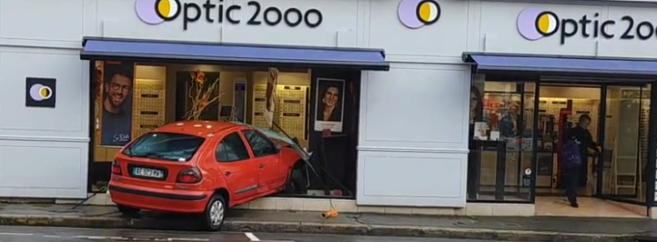 Une voiture de la marque Renault percute la vitrine d'un magasin Optic 2000