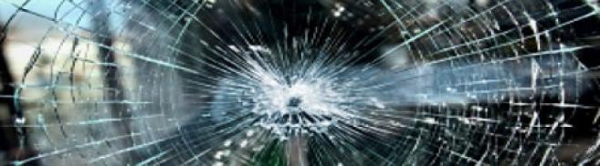 La vitrine d'un opticien explosée à coups de masse