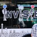 Bus Les Invisibles: Nathalie Blanc offre des lunettes à « ceux qu'on ne voit pas »