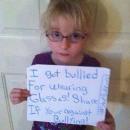 Moquée à cause de ses lunettes, elle devient l'égérie d'une campagne contre le harcèlement!