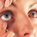 Une femme vit avec une lentille coincée sous sa paupière pendant 28 ans