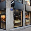 Komono expose ses lunettes et montres rétro dans sa première boutique en France