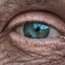 Il retrouve une partie de la vue grâce à des lentilles françaises