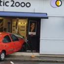 Un véhicule percute en plein jour un magasin d'optique
