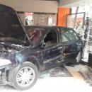 Un véhicule détruit en plein jour un magasin d'optique