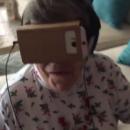 Le fou rire d'une grand-mère qui essaye des lunettes de réalité augmentée