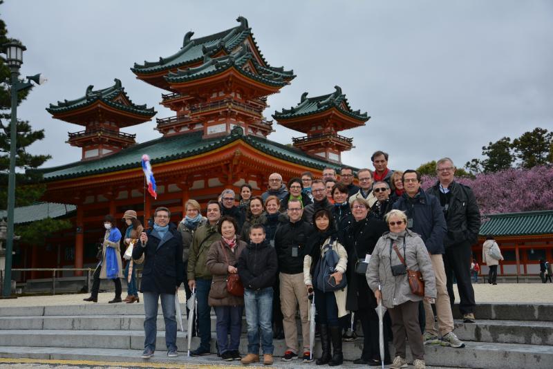 Photo de groupe de l'équipe Charmant entourée des 23 opticiens invités au sanctuaire Heian à Kyoto
