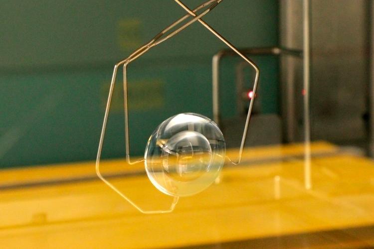 Le verre de +70 D avant l'application du vernis antireflet