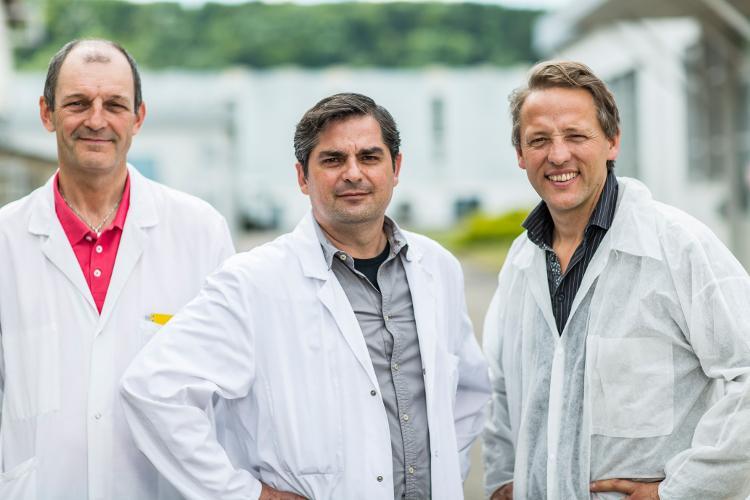 De gauche à droite : Marc Stéphan, responsable du SL Lab, Léonel Pereira, chef d'atelier verres spéciaux, et Stanislas Poussin, responsable de l'activité Verres spéciaux