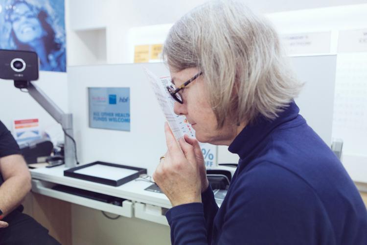 Meg Zatorski lit des textes avec son verre de +70D sans recourir à une loupe en plus de ses verres