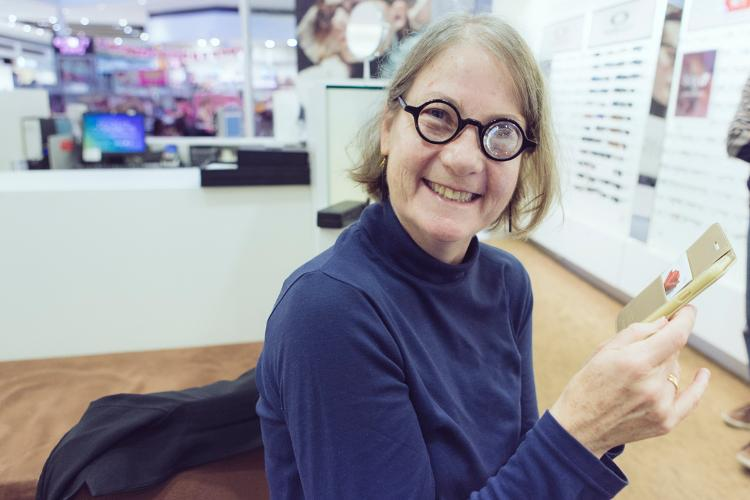 Meg Zatorski est heureuse, elle peut enfin lire sur son téléphone sans avoir besoin d'une loupe