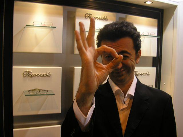 L'humoriste Gérald Dahan (fils d'opticien) sur le stand Façonnable pour soutenir l'association Ophtamission qu'il parraine