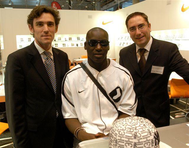 L'athlète Ladji Doucouré sur le stand Marchon en compagnie de Eric Lefort (à gauche) et de Olivier Cheronnet