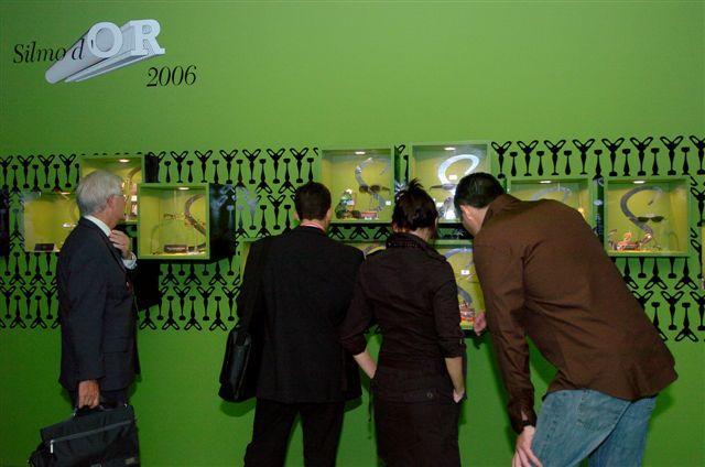 Forum de la passerelle (accès entre le Hall 1 et le Hall 2) exposition des produits gagnants au 13e Silmo d'or