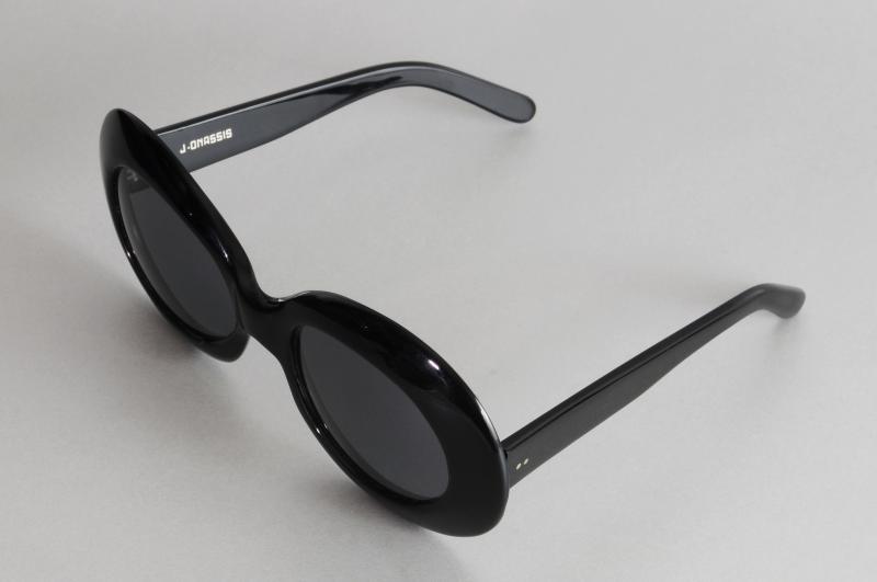 Paire de lunettes de JACKIE ONASSIS en acétate teinté noir.