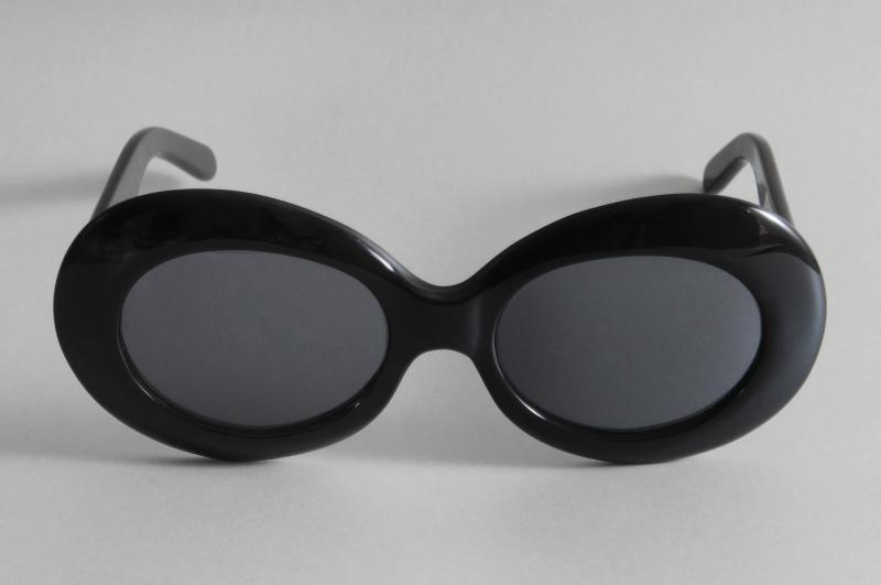 Paire de lunettes de JACKIE ONASSIS. L'intérieur de la branche droite gravé en lettres blanches : « J. Onassis ».