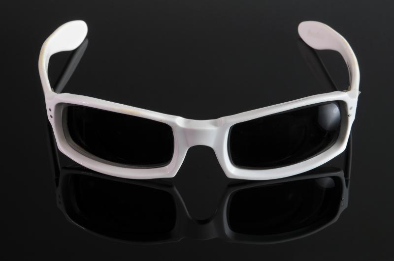 Paire de lunettes de MICHEL POLNAREFF en acétate blanc. .