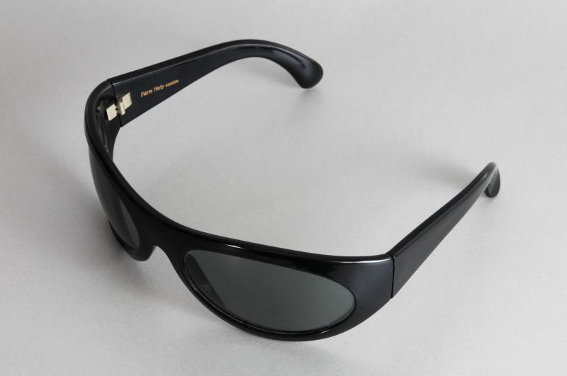 Paire de lunettes de SERGE GAINSBOURG en acétate teinté noir, modèle Marly Sport. L'intérieur de la branche gauche gravé en lettres blanches : « Serge Gainsbourg ». Signée Pierre Marly et Pierre Marly Création.