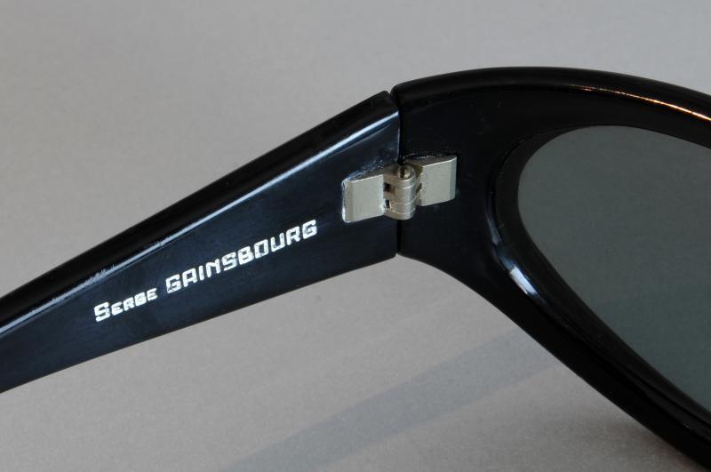 Paire de lunettes de SERGE GAINSBOURG en acétate teinté noir, modèle Marly Sport. L'intérieur de la branche gauche gravé en lettres blanches : « Serge Gainsbourg ».
