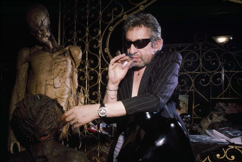 SERGE GAINSBOURG Séance photo au 5 bis rue de Verneuil, à Paris (1987) Photo de Pierre Terrasson.