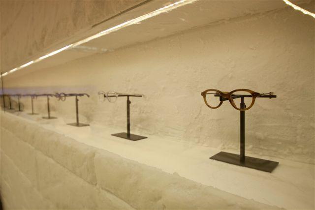Moncler: lunettes optiques dans un décor glaciaire