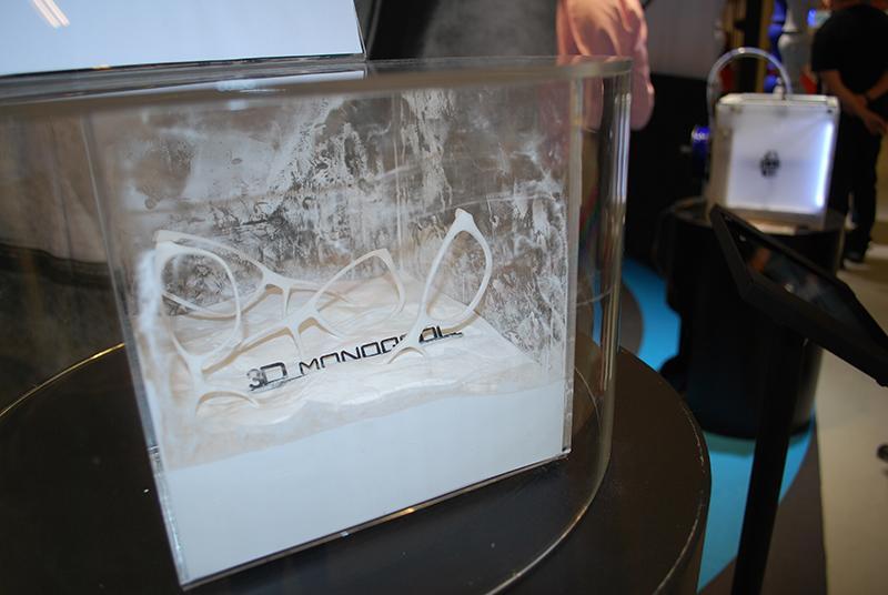 Le lunetier danois utilise la technique de frittage sélectif par laser pour obtenir des montures à partir de poudre de polyamide.