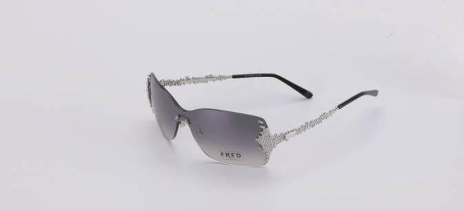 Les lunettes, en métal précieux, sont recouvertes de billes argentées sur les bords externes de la face et sur les branches. Chaque pièce Fred est unique. Elle nécessite plus de 274 opérations réalisées à la main à Morez, et bénéficie ainsi du label