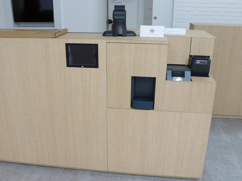 Meuble caisse où le client pourra glisser billets et pièces de monnaie