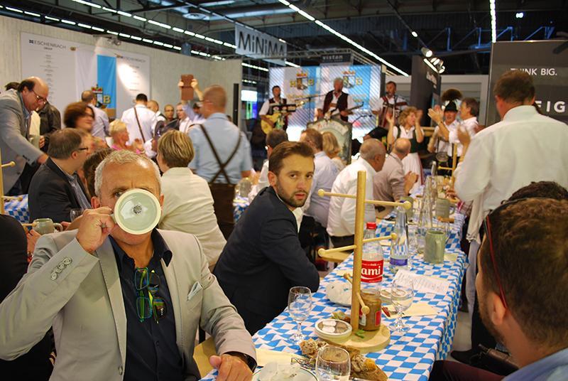 Fin de journée plutôt détendue sur le stand Eschenbach où on vous accueille sur des airs d'Oktoberfest...