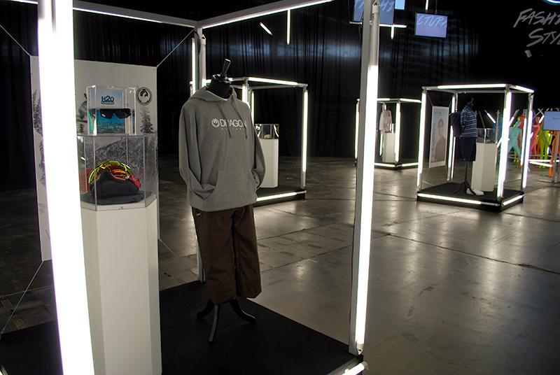 L'espace Showroom offre la possibilité aux marques de disposer d'un espace pour recréer leur univers avec une silhouette de mode, des accessoires, une image de marque, etc.