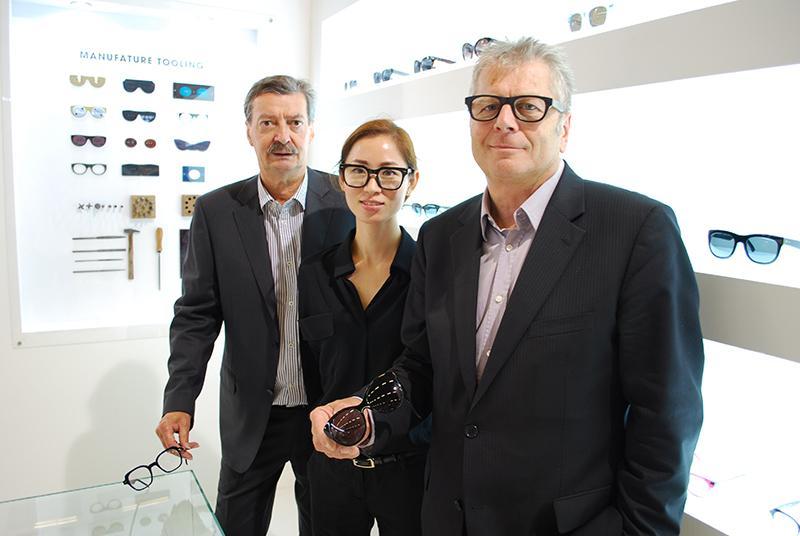 Jean-Louis et Jean-Charles de Modern'Optique entourent leure cliente Coréenne, le designer Jiny.