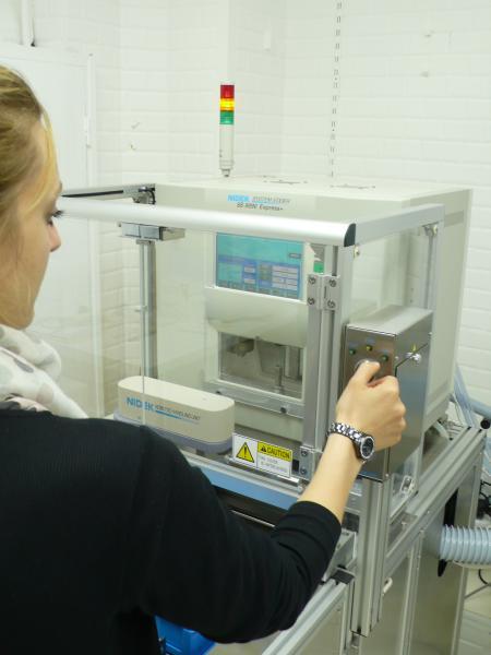 Aurélie, opticienne nous a fait la démonstration du meulage d'un verre en un peu plus d'une minute