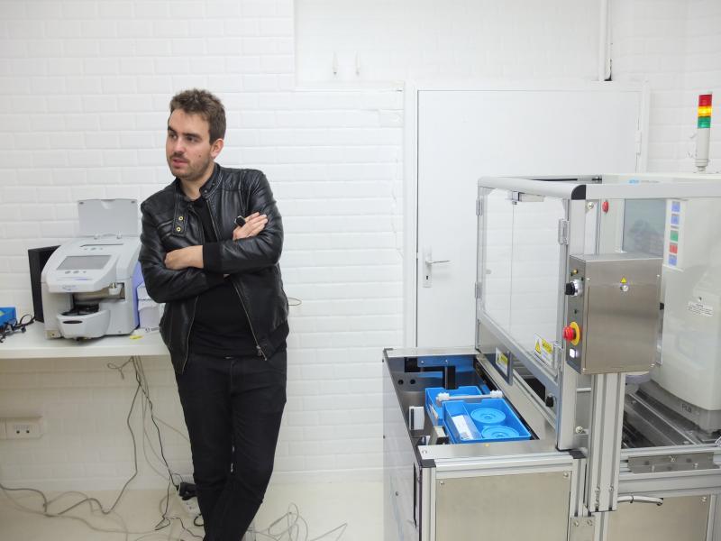 Paul Morlet dans son atelier, doté d'une meuleuse et d'un frontofocomètre automatique