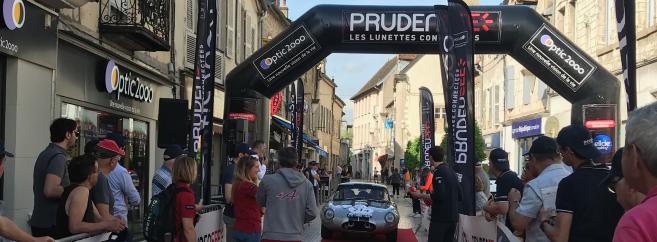 Le public suit l'arrivée des coureurs devant le magasin Optic 2000 de Stéphane Peculier et Paul Roumilhac à Nuits-Saint-Georges (21)